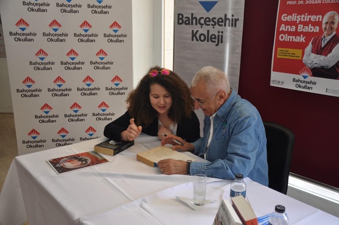 Seminerin ardından kitaplarını imzalayan Cüceloğlu, katılımcılarla sohbet etti.